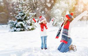 Bilder Winter 2 Schnee Kleine Mädchen Hand Mütze Freude Schal Kinder