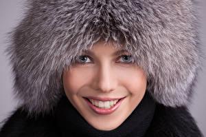 Fonds d'écran Hiver Chapeau d'hiver Visage Sourire Regard fixé Filles
