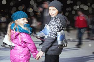 Fotos Junge Kleine Mädchen Mütze Schlittschuh Starren Kinder