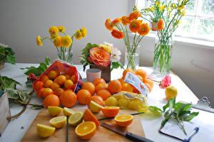 Hintergrundbilder Zitrusfrüchte Mandarine Apfelsine Zitrone Ranunkel Rosen Freesien Vase Lebensmittel Blumen