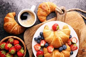Hintergrundbilder Croissant Erdbeeren Heidelbeeren Frühstück