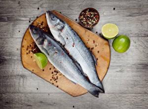 Fotos Fische - Lebensmittel Zitrone Schwarzer Pfeffer Bretter Zwei Schneidebrett
