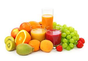 Hintergrundbilder Obst Fruchtsaft Weintraube Apfelsine Erdbeeren Chinesische Stachelbeere Weißer hintergrund Trinkglas