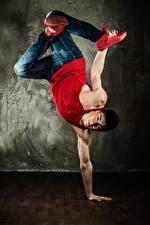 Bilder Mann Tanz Unterhemd Jeans Hand