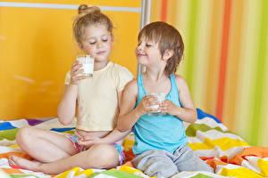Fotos Milch Zwei Junge Kleine Mädchen Trinkglas Unterhemd Kinder