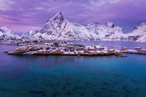 Hintergrundbilder Norwegen Lofoten Gebirge Haus Winter Seebrücke Bucht Schnee Städte
