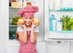 Fotos Zwiebel Kleine Mädchen Köche Lächeln Mütze Hand Kühlschrank Kinder