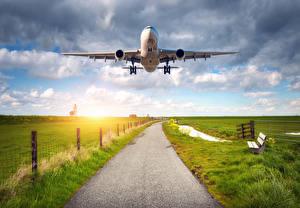 Bilder Flugzeuge Verkehrsflugzeug Acker Himmel Flug Luftfahrt