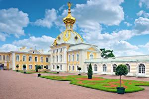 Bureaubladachtergronden Rusland Sint-Petersburg Gebouw Paleis Gazon Koepels Petergof Palace een stad