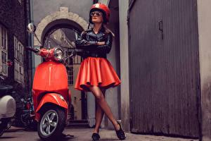 Fotos Motorroller Motorradfahrer Rock Helm Brille Jacke Mädchens