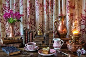 Bilder Stillleben Sträuße Tulpen Petroleumlampe Törtchen Kaffee Kanne Tasse Buch