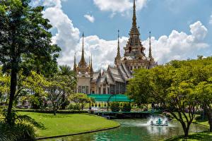 Bureaubladachtergronden Thailand Gebouw Tempel Vijver Gazon Een boom Mahawiharn Temple Steden