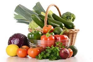 Bilder Gemüse Tomaten Paprika Zwiebel Zitrone Kohl Gurke Weißer hintergrund Weidenkorb Lebensmittel
