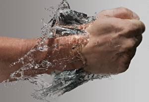 Bilder Wasser Großansicht die Faust Hand Schlag Grauer Hintergrund