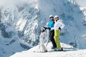 Fotos Winter Skisport Schnee Kleine Mädchen Brille Helm kind