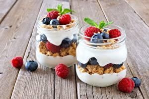 Hintergrundbilder Joghurt Himbeeren Heidelbeeren Einweckglas Bretter Lebensmittel