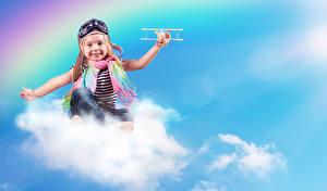 Bilder Flugzeuge Kleine Mädchen Schal Wolke Lächeln Helm Brille Kinder