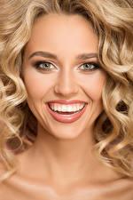 Sfondi desktop Ragazza bionda Viso Sorriso Denti giovane donna