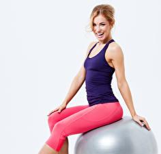 Fotos Fitness Grauer Hintergrund Braunhaarige Lächeln Sitzend Unterhemd Mädchens Sport