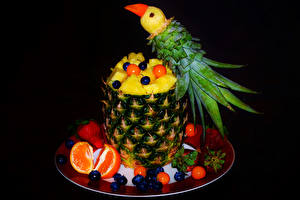Fotos Obst Papageien Ananas Erdbeeren Heidelbeeren Mandarine Schwarzer Hintergrund Teller Design Lebensmittel