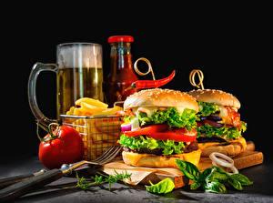 Bilder Burger Bier Gemüse Tomate Schwarzer Hintergrund Essgabel Lebensmittel