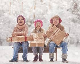 Bilder Kleine Mädchen Junge Sitzend Geschenke Glücklich Drei 3 Kinder