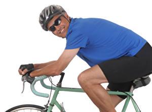Hintergrundbilder Mann Weißer hintergrund Lächeln Helm Brille Fahrräder