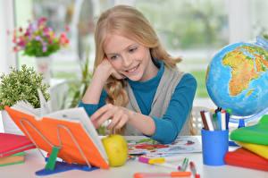 Hintergrundbilder Schule Kleine Mädchen Lächeln Buch Globus Kinder