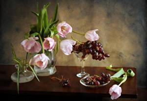 Bilder Stillleben Sträuße Tulpen Weintraube Tisch Vase Blumen