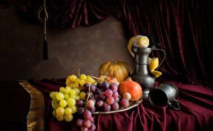 Fotos Stillleben Weintraube Granatapfel Kürbisse Zitrone Tasse Kanne