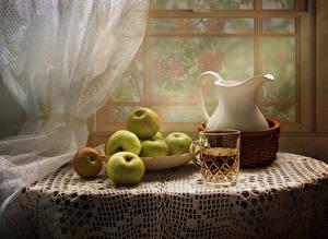 Fotos Stillleben Fruchtsaft Äpfel Kanne Trinkglas Tisch Weidenkorb Lebensmittel