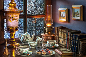 Fotos Stillleben Petroleumlampe Tee Bücher Tasse Brille Fenster