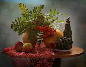 Fotos Stillleben Mehlbeeren Trauben Äpfel Melone Wein Tisch Flasche Dubbeglas das Essen