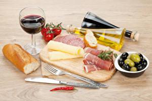 Bilder Stillleben Wein Brot Käse Oliven Schinken Wurst Messer Schneidebrett Weinglas Flasche Essgabel Lebensmittel