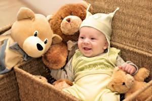 Hintergrundbilder Spielzeuge Teddybär Weidenkorb Baby Lächeln Kinder