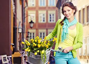 Fotos Tulpen Braune Haare Lächeln Weidenkorb Schal Fahrräder Mädchens