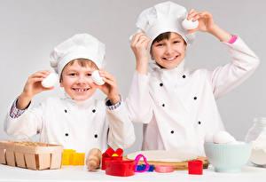 Bilder 2 Junge Küchenchef Mütze Eier Lächeln Kinder