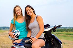 Tapety na pulpit Dwoje Uśmiech Motocyklista Kask Podkoszulka młode kobiety