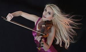 Fotos Violine Blond Mädchen Schwarzer Hintergrund junge frau