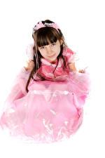 Bilder Weißer hintergrund Kleine Mädchen Model Kleid Starren kind