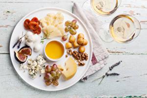 Fotos Wein Weintraube Käse Echte Feige Nussfrüchte Honig Teller Weinglas Trockenobst Dörrobst