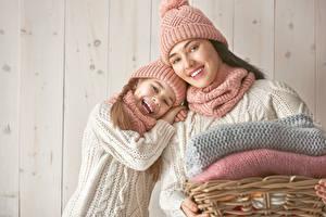 Bilder Mutter Bretter Mauer 2 Kleine Mädchen Mütze Fröhlicher Blick Kinder Mädchens