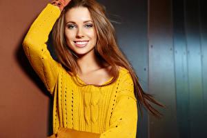 Fotos Braunhaarige Lächeln Haar Blick Sweatshirt Mädchens