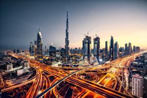 Bakgrunnsbilder Dubai De forente arabiske emirater Veier Kveld Skyskrapere Hus Byer