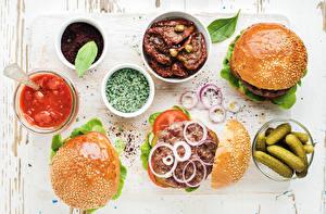 Fotos Hamburger Gurke Gemüse Zwiebel Gewürze Brötchen Ketchup das Essen