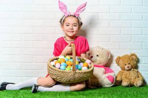 Bilder Feiertage Ostern Kaninchen Teddybär Weidenkorb Ei Kleine Mädchen Lächeln kind