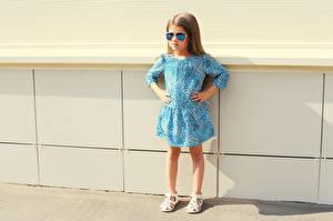 Fotos Kleine Mädchen Model Kleid Brille kind