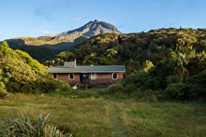 Hintergrundbilder Neuseeland Gebirge Gebäude Strauch Gras Mount Egmont Taranaki Natur