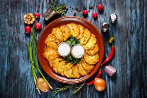 Fotos Eierkuchen Zwiebel Radieschen Bretter Teller Lebensmittel