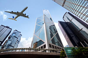 Hintergrundbilder Flugzeuge Wolkenkratzer Verkehrsflugzeug Flug Untersicht Ansicht von unten Luftfahrt